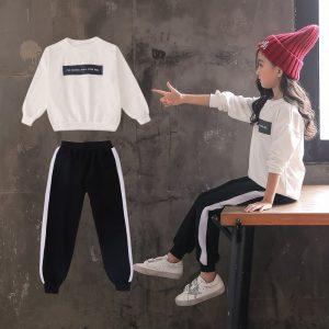 חליפת ספורט שחור-לבן